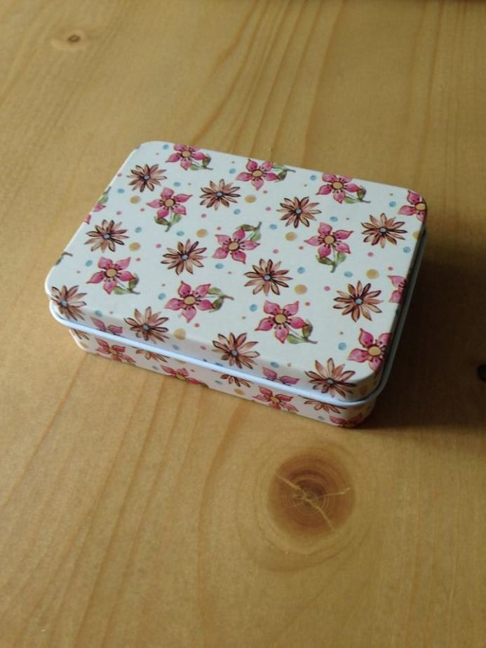 Travel Tin - Cream with Flowers